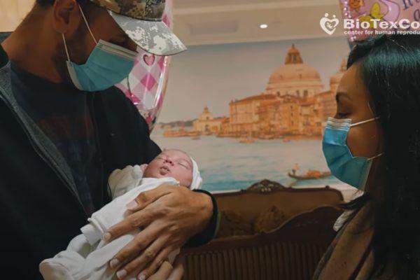 Biotexcom, Ukrajna: Az amerikai pár először látja a lányát, aki béranya programban született