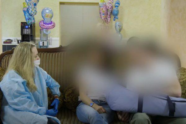 A kisbaba az összes gyerek közül kiket ukrán béranyák szültek végre találkozott az osztrák szülőkel
