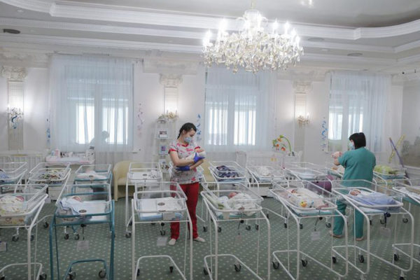 Döbbenetes képek: 51 kisbabát ápolnak egy ukrán szállodában – Béranyák szülték őket, de a külföldi anyák a járvány miatt nem tudnak értük menni